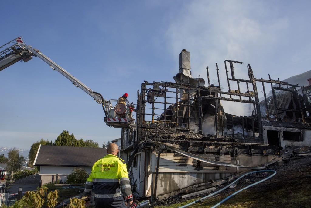 En 46 år gammel mann er ikke gjort rede for etter at en enebolig ved Solligården i Tromsø natt til tirsdag ble totalskadd i brann.