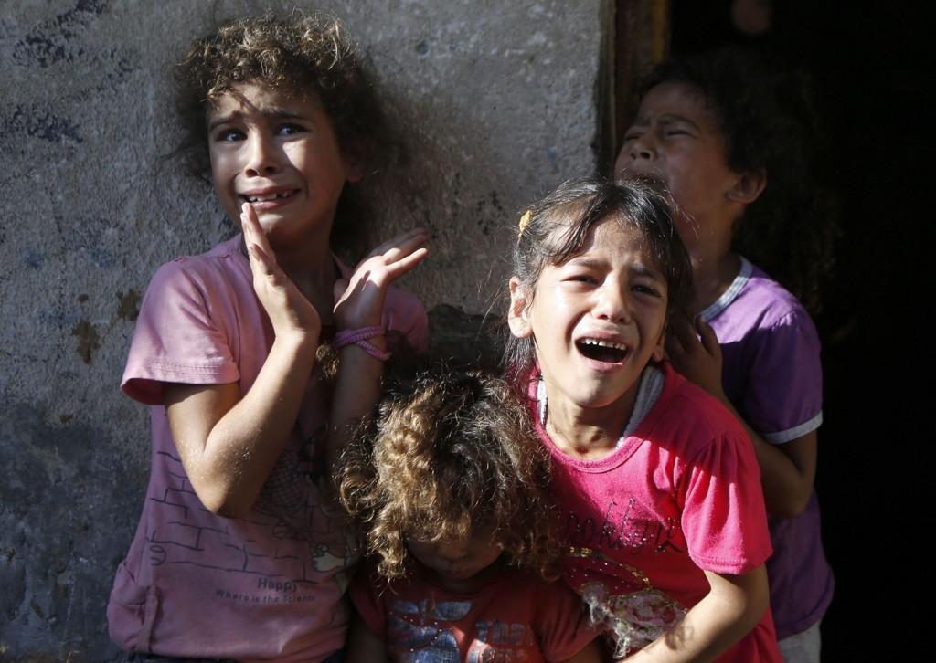 Slektninger gråter over fire gutter som ble drept onsdag. Alle guttene tilhørte Bakr-familien, ifølge nyhetsbyrået AFP.