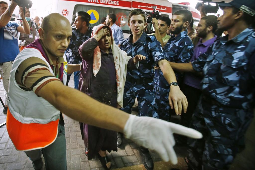 En palestinsk kvinne ankommer sykehuset i Gaza.