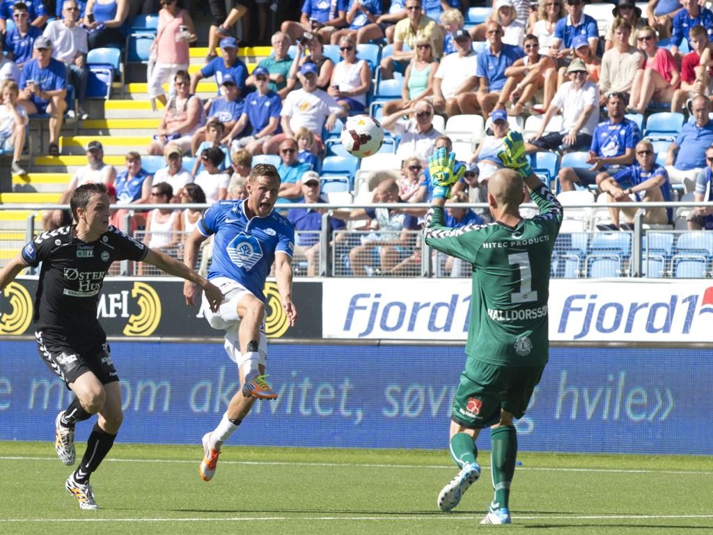 HAT TRICK: Moldes Tommy Høiland (midten) lobbet inn 1-1 over keeper Hannes Thór Halldórsson. I andre omgang satte han inn ytterligere to mål.