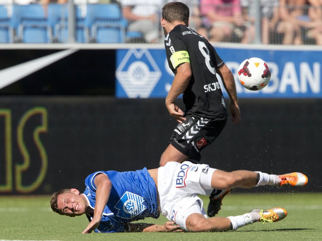 GIKK I BAKKEN: Moldes Tommy Høiland gikk i bakken i duell med Aksel Berget Skjølsvik. Skjølsvik ble utvist etter denne situasjonen.