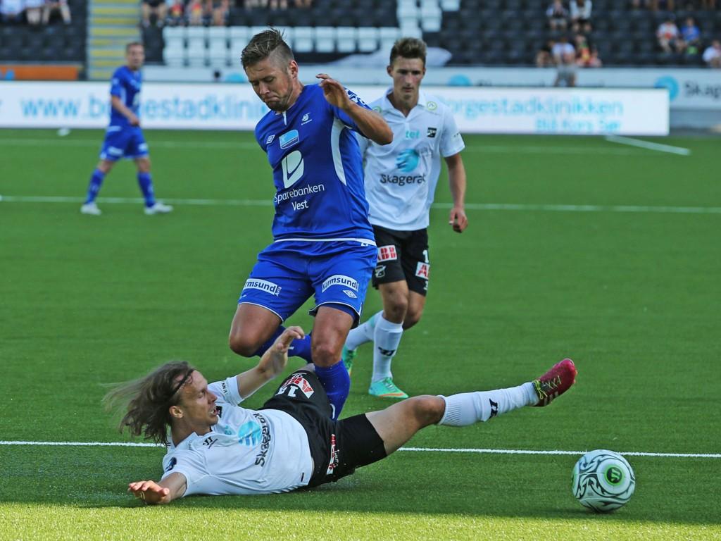 MÅLLØST: Det endte 0-0 mellom Odd og Haugesund søndag kveld. Her er Odds Jarkko Hurme (under) og Haugesunds Alexander Stølås i duell.