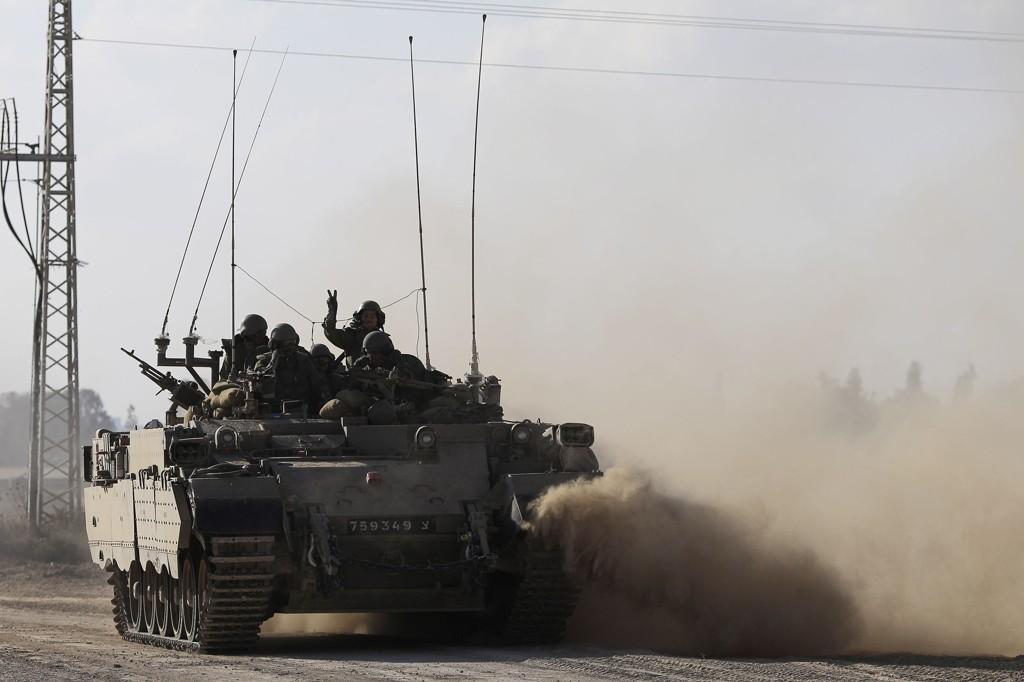 En israelsk tank kjører langs grensen mellom Israel og Gazastripen søndag. Nå hevder Hamas å ha bortført en israelsk soldat.