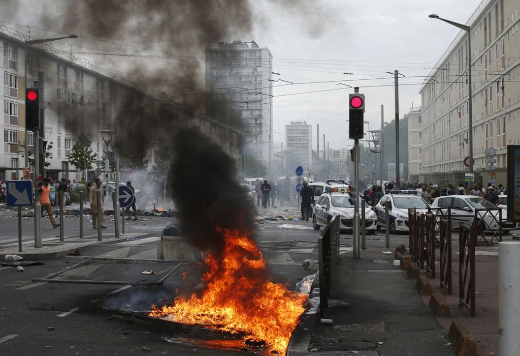 Politiet blokkerer en gate i Sarcelles, utenfor Paris søndag.