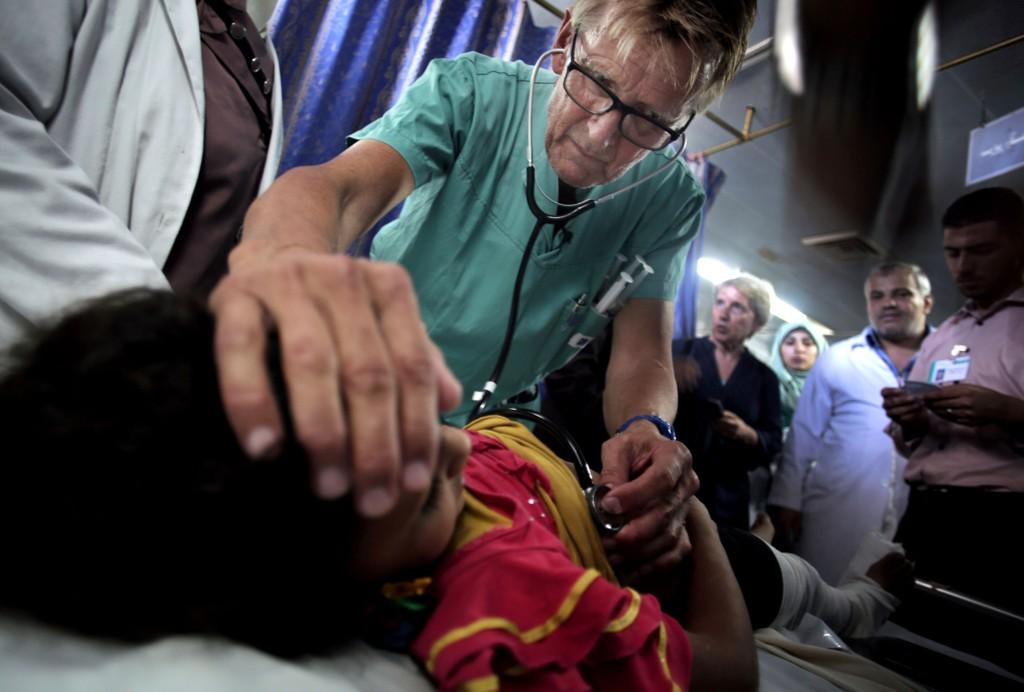 Mads Gilbert mens han behandler en såret palestinsk jente i Shifa onsdag 16.juli.