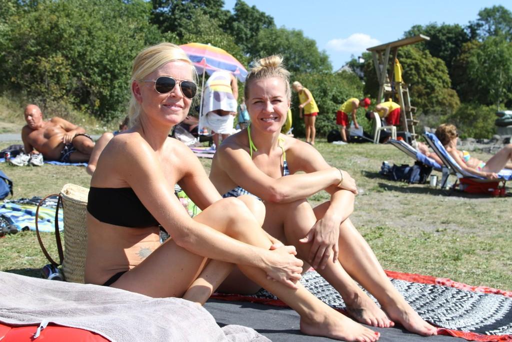 VARME NETTER: Anita Arnøy (t.v) og Camilla Skaalerud (35) synes det er fint med sydentemperaturer om dagen. Om natten blir det derimot for varmt.