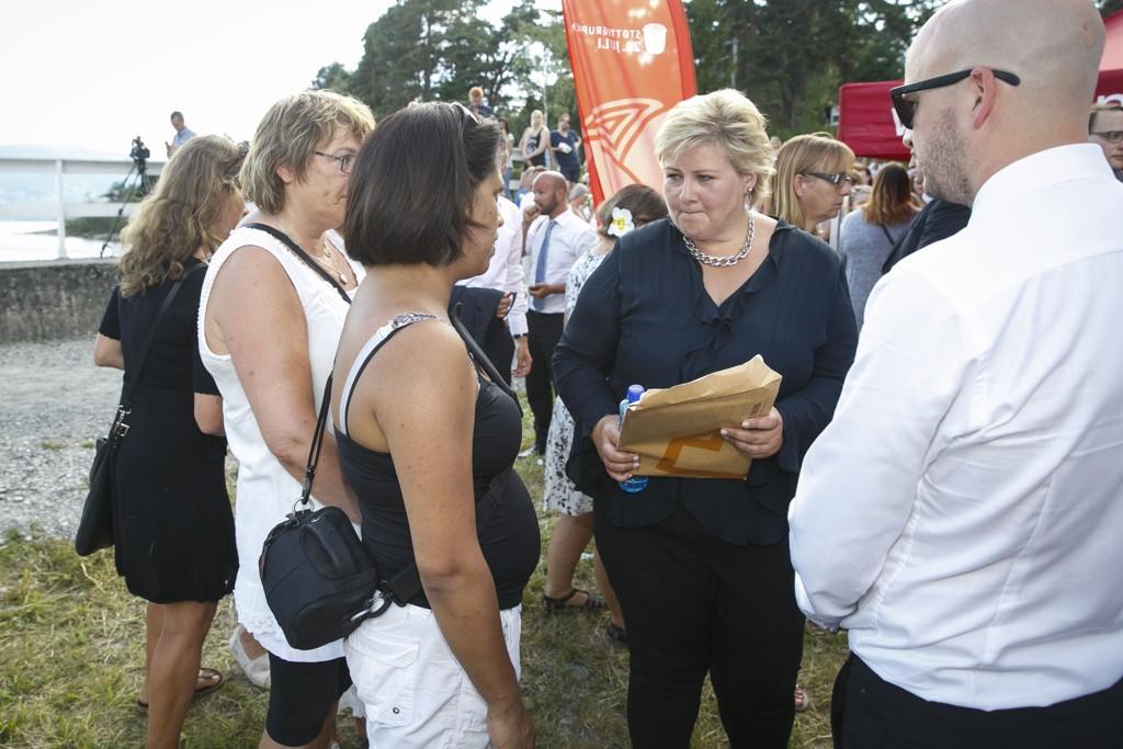 FIKK BREV: Statsminister Erna Solberg i samtale med Vanessa Svebakk etter minnemarkeringen på Utøya tirsdag.