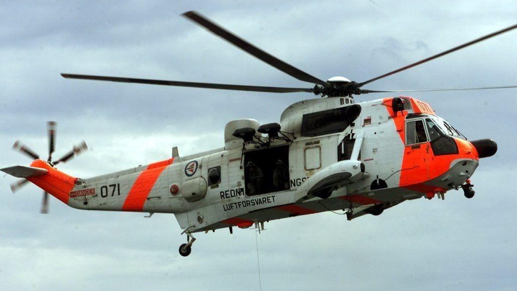 FLØY INN HJELP: Klokka 21 var alpin redningsgruppe og redningsmann satt av på Stetind. De skulle ta seg ned til den skadde og klargjøre. Seaking Bodø ventet i nærheten, opplyste Hovedredningssentralen.