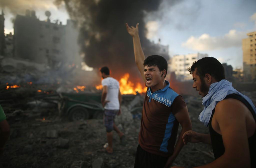 FORTVILET: Palestinere roper ut sin fortvilelse etter et nytt israelsk flyangrep på Gazastripen.