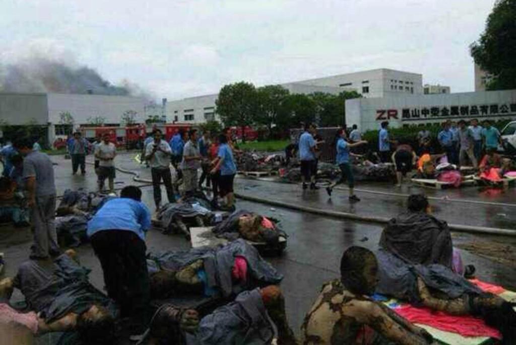 DØDE OG SÅREDE: Omkomne og sårede lå utenfor fabrikken som ble rammet av en eksplosjon lørdag.