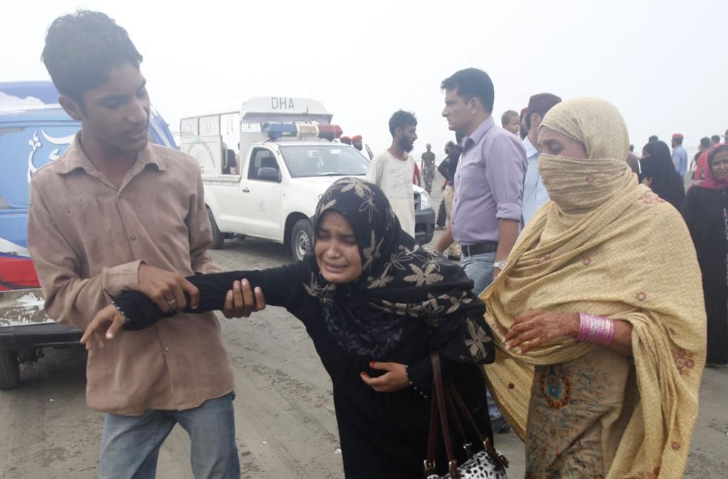DØDE: En kvinne sørger over et familiemedlem som mistet druknet på en strand ved Karachi.