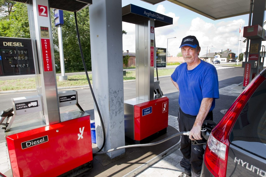 BEDRE DIESEL: - Hovedårsaken til at vi fyller diesel her i Norge, er at den har en mye høyere kvalitet enn hjemme i Sverige. Den er ikke så tørr, forteller Pär-Olof Karlsson.