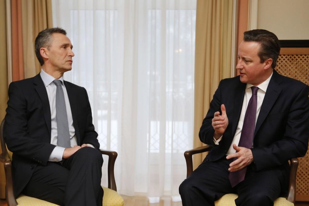 STOLTENBERG OG CAMERON: Påtroppende generalsekretær Jens Stoltenberg sammen med Storbritannias statsminister David Cameron under et møte i Davos i Sveits i 2013.