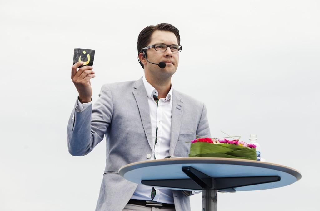INNLEDET VALGKAMPINNSPURTEN: Partileder for Sverigedemokraterna, Jimmie Åkesson, holder sommertale i havnen i Sølvesborg lørdag. Foto: OLA TORKELSSON / TT / NTB scanpix