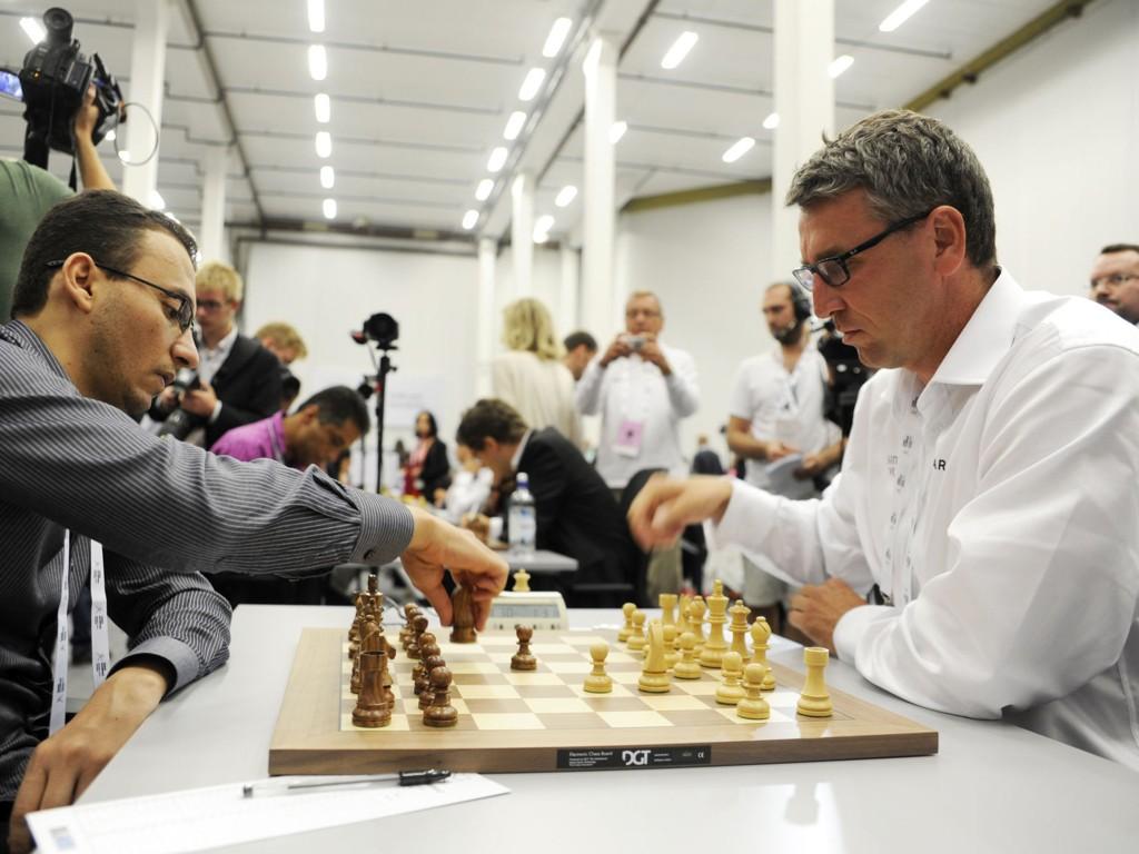 VANT ÅPNINGSKAMPEN: Her er Simen Agdestein i gang med spillet mot Basheer Al Qudaimi fra Jemen.