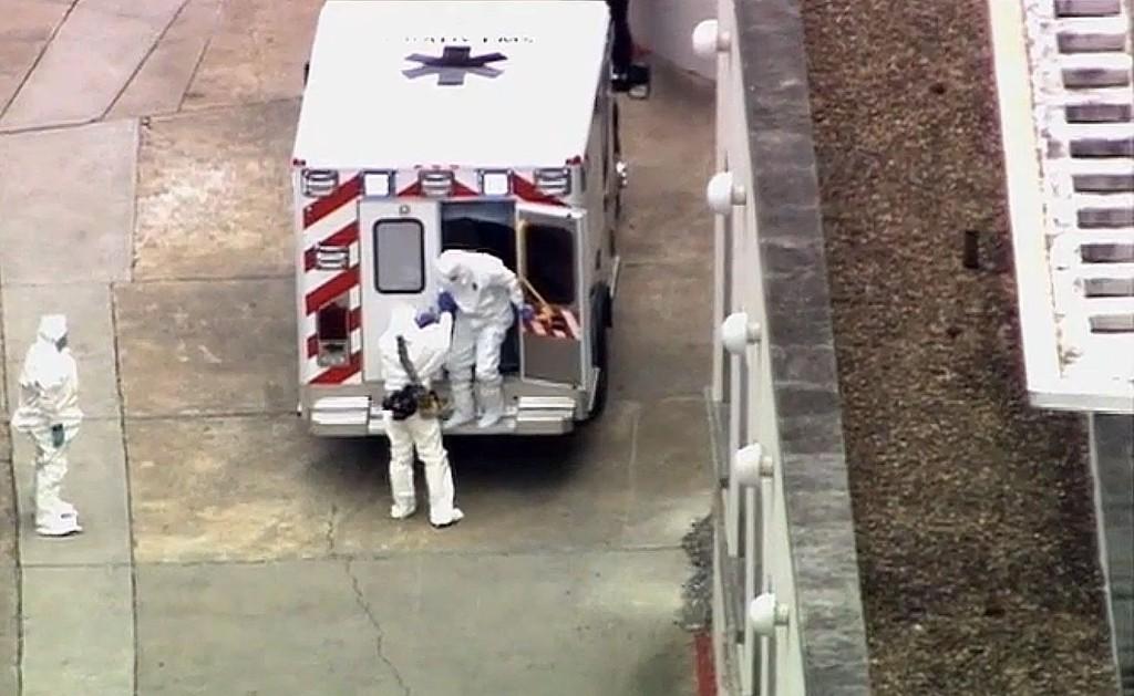 Brantly ble kjørt i en ambulanse med politieskorte til Emory universitetssykehus i Atlanta, hvor smittevernsmyndighetene har satt i stand et spesialutstyrt behandlingsrom for ham.