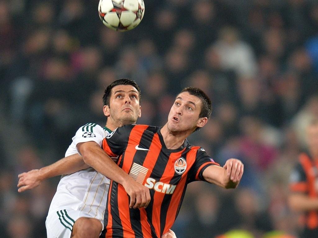 NY KLUBB: Facundo Ferreyra (til høyre) ankommer St. James' Park på lån fra Sjakhtar Donetsk. Her i duell med Leverkusens Emir Spahic under gruppespillet i fjorårets Champions League.