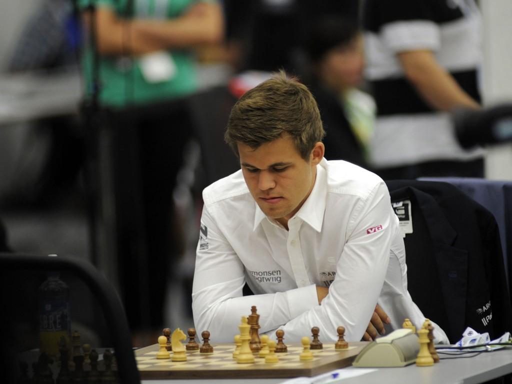 FØRSTE KAMP: Magnus Carlsen var konsentrert under sitt spill mot den finske motstanderen Tomi Nyback.
