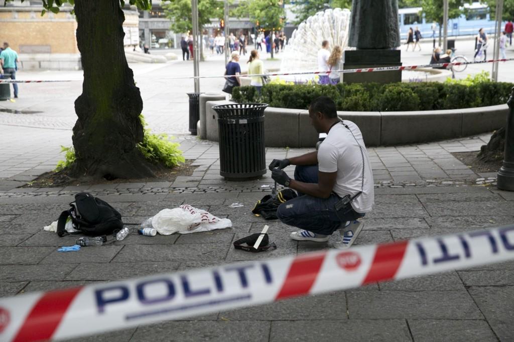 Politiet har satt opp sperringer utenfor Nationaltheatret T-banestasjon etter at det har vært en masseslagsmål søndag kveld. En mann er alvorlig skadd. Foto: Aleksander Solum / NTB scanpix