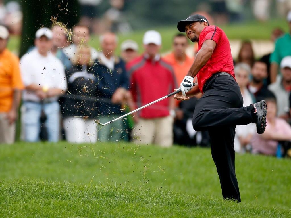 SKADET: Tiger Woods måtte forlate banen med ny skade.