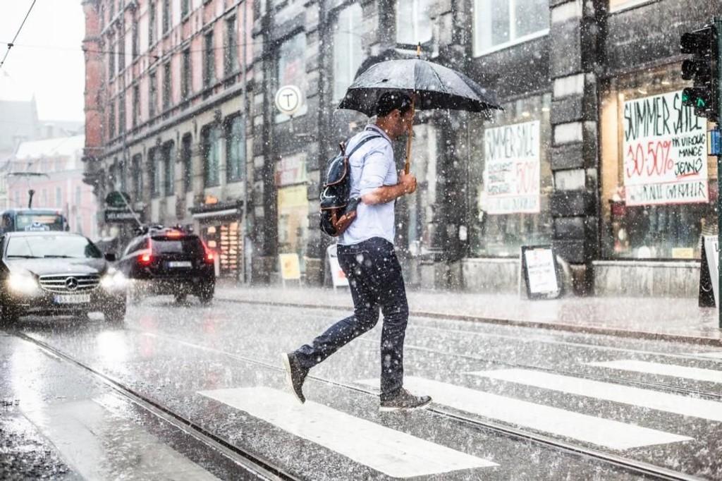 Både lyn og regn har sørget for flere skader.