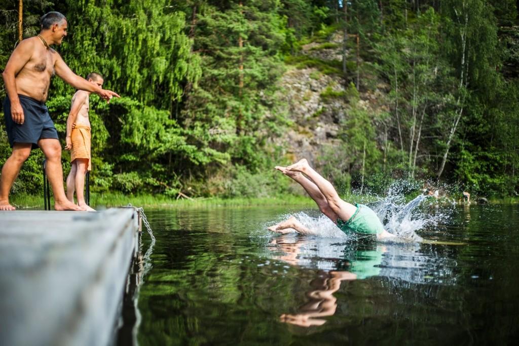 Her på Skraperudtjern er det hele 28 grader i vannet onsdag. Dette bildet et fra et bad tidligere i sommer.