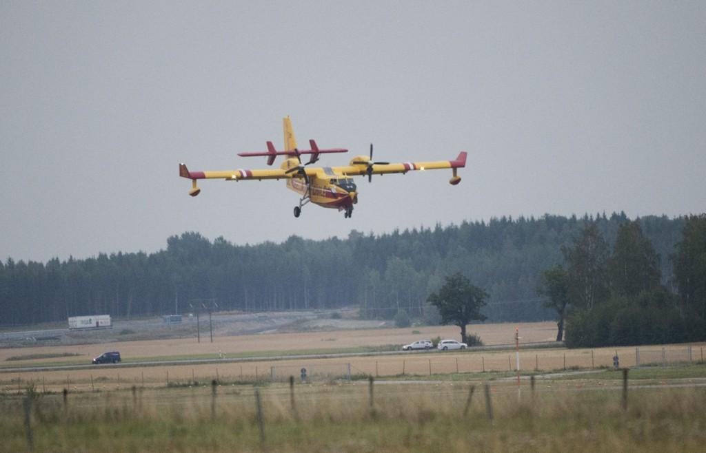 Et av de franske flyene lander i Västerås i Sverige tirsdag kveld. Flyene skal delta i slukningen av den verste skogbrannen i Sverige i moderne tid.