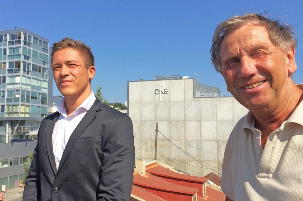 TIL TOPPS: Andreas Joki Arild (26) overtar som administrerende direktør for Odd Erik Hansen (78) i tre eiendomsselskaper. Her er de på takterrassen på hovedkontoret der det planlegges å bygge i ni etasjer.