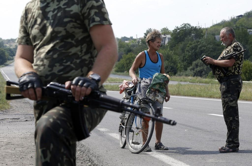 Illustrasjonsbilde: Pro-russiske separatister står vakt ved Yasynuvata utenfor Donetsk, tirsdag 5. august.