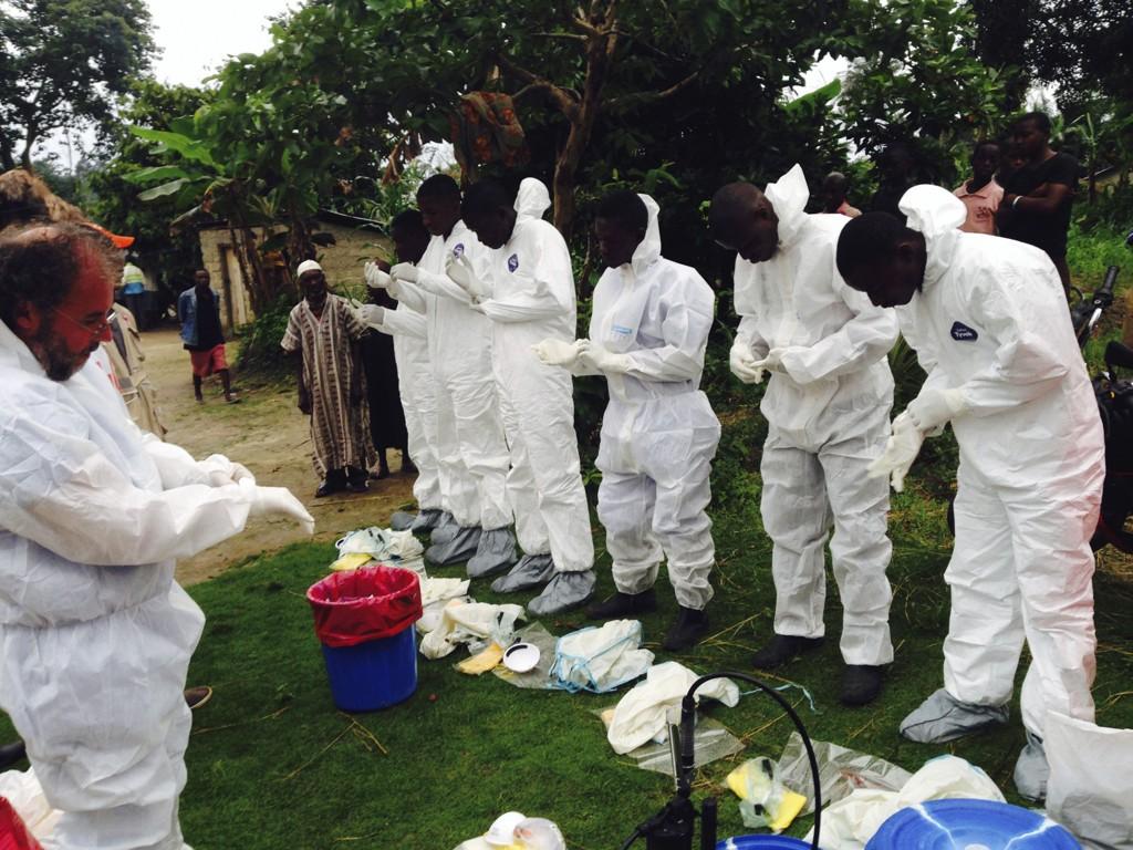 FRIVILLIGE: Frivillige arbeidere forberedte seg lørdag på å fjerne likene av personer som mistenkes å ha dødd av ebolaviruset i landsbyen Pendebu i Sierra Leone den siste tiden.
