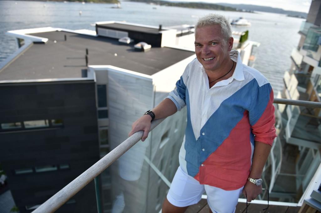 TRIVES I HØYDEN: Lars Ole Johansen har gjort gode kroner på kranutleie.