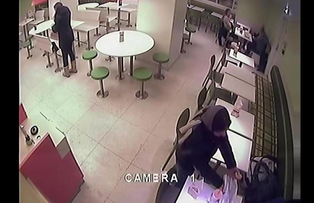 DØMT : Bildet viser hvordan en kvinne stjal eiendeler fra et kafébord da kunden forlot bordet. Tyven har sonet en dom og er nå utvist.