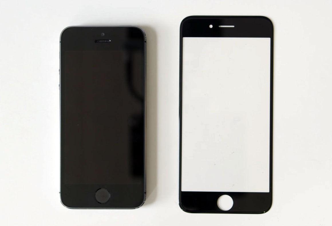 IPHONE 6: Telefonen til venstre er dagens iPhone 5S. Til høyre ligger det som skal være det faktiske glassdekselet til iPhone 6. Vi ser med andre ord at 0,7 ekstra tommer utgjør en betydelig forskjell i skjermstørrelse.