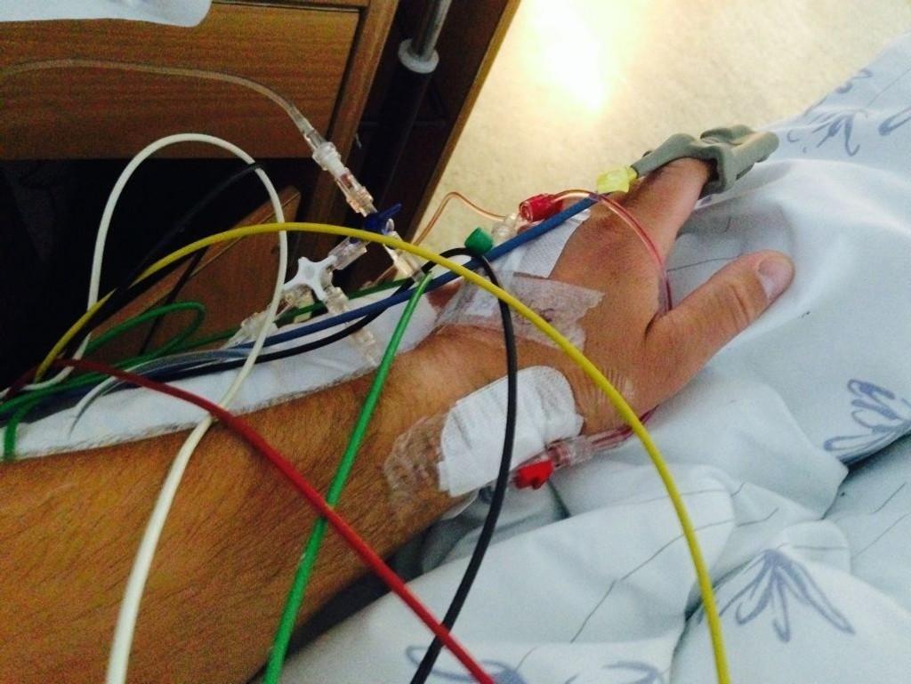 LIVSTRUENDE: Slik så armen til Karl Oscar ut da han ble innlagt på sykehus, etter å ha trent så hardt at han pådro seg livstruende rabdomyolyse.