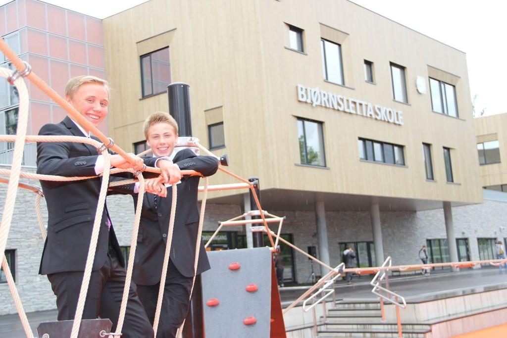 Elevrådslederne Fabian Stigar og Emil Ingvaldsen Lyse i 10A har bare godord å si om nye Bjørnsletta skole. Foto: Vidar Bakken