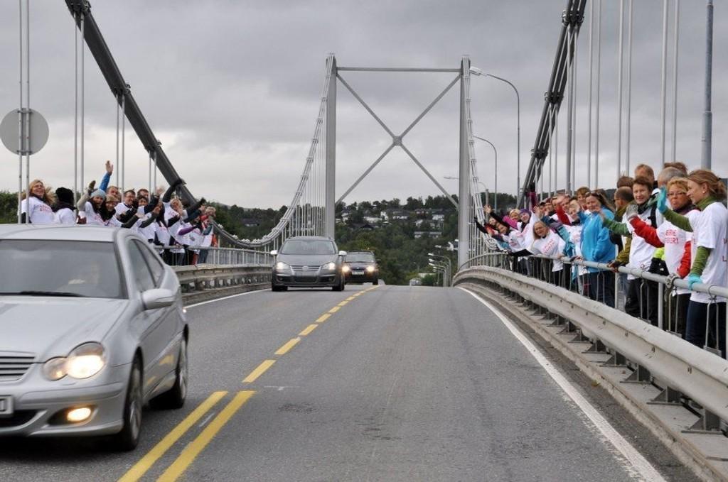 PÅ BRUA: Streikende lærere på Alta bru onsdag morgen Foto: Oddgeir Isaksen