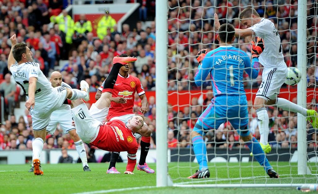 FLOTT UTLIGNING: Wayne Rooney satte inn 1-1-målet på «brassevis» for Manchester United mot Swansea i serieåpningen i Premier League forrige helg. Noe draktleverandøren Nike og draktsponsoren Chevrolet garantert er godt fornøyd med.
