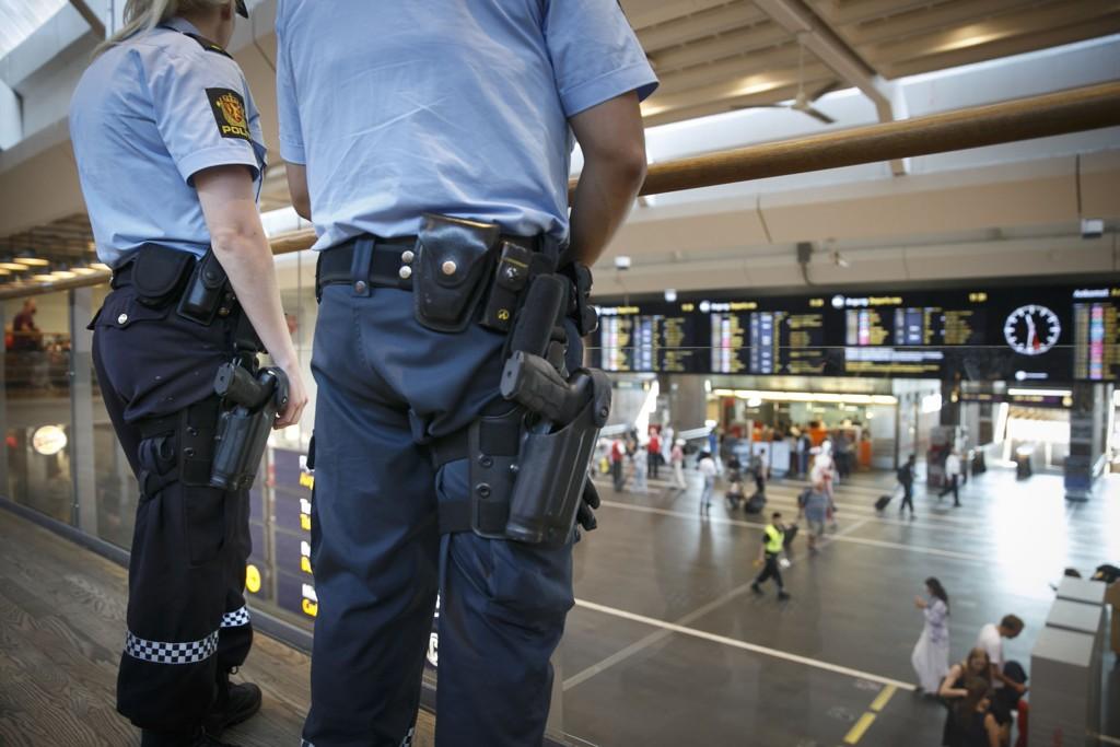 BEREDT: Væpnet politi på Oslo S 25. juli i år.