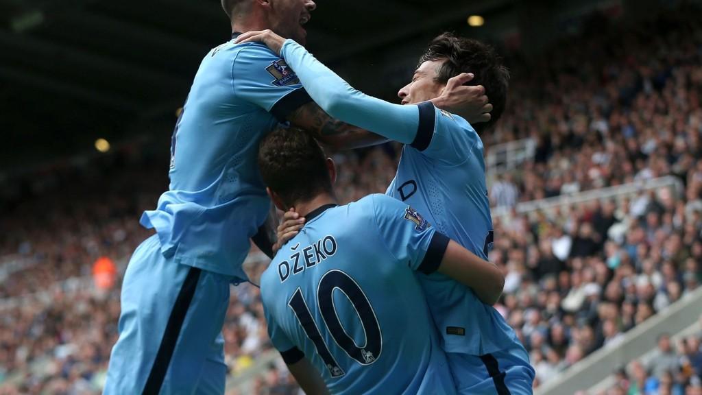 David Silva (til høyre) scoret et av målene da Manchester City åpnet sesongen med 2-0-seier borte mot Newcastle.