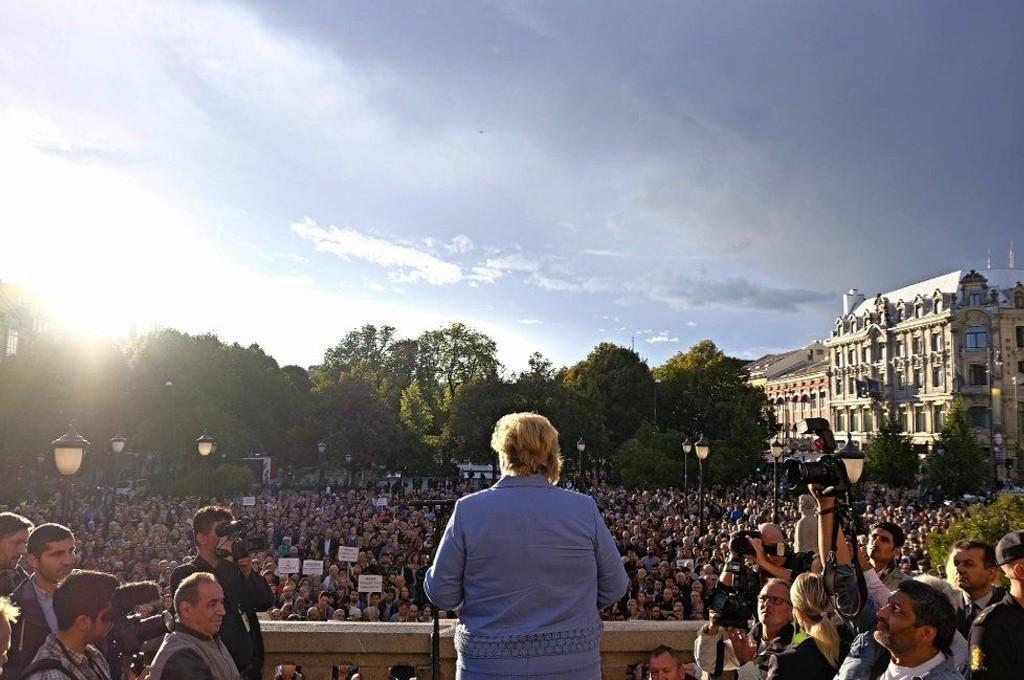 Statsminister Erna Solberg talte til en stor folkemengde foran Stortinget mandag.