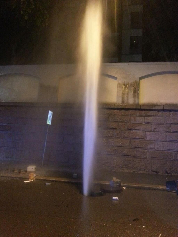 TRYKK: Vannsøylen sto høyt til værs etter en lekkasje på fjernvarmenettet i Pilestredet i natt.
