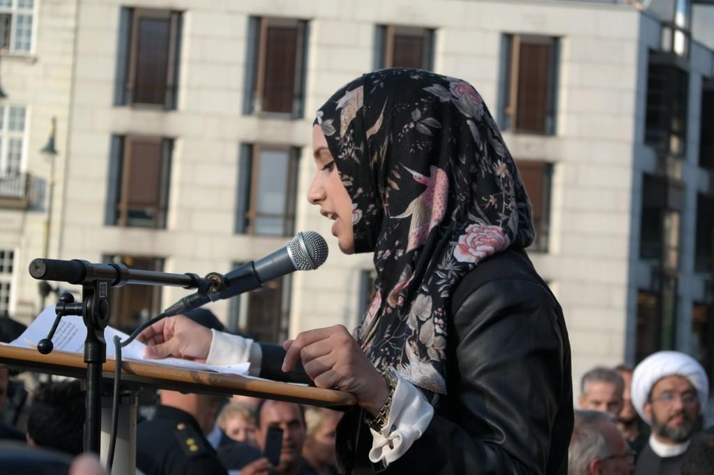 Faten Mahdi Al-Husseini talte for rundt 5000 mennesker utenfor Stortinget mandag.
