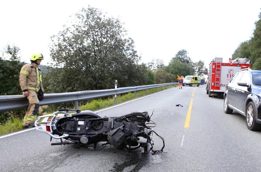 MC-ULYKKE: Motorsykkelen ble delt i to i ulykken som skjedde i krysset mellom E14 og fylkesvei 29, rundt seks kilometer øst for Stjørdal sentrum.