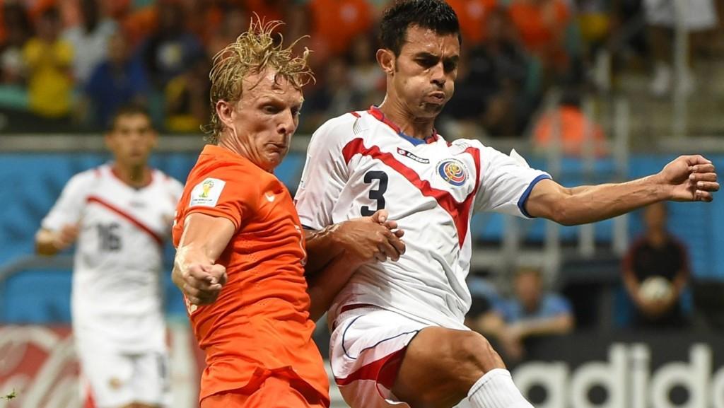 TIL PALERMO Giancarlo Gonzalez, her i duell med Nederlands Dirk Kuyt, er klar for Palermo. Han selges fra Colombus Crew for 30 millioner kroner. I februar ble han solgt fra Vålerenga for rundt to millioner.