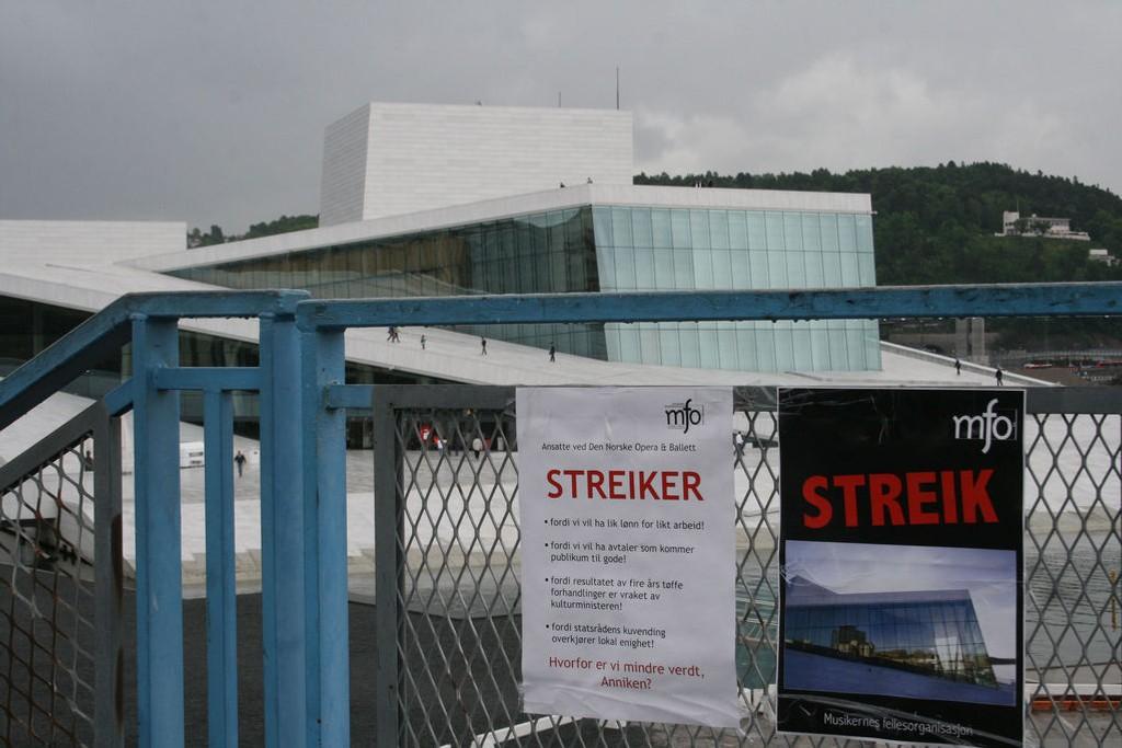 IKKE FØRSTE GANG: Også sommeren 2010 var flere av medlemmene i Musikernes fellesorganisasjon (MFO) i streik. Her fra operaen i Bjørvika da ansatte ved Den norske opera og ballett la ned arbeidet.