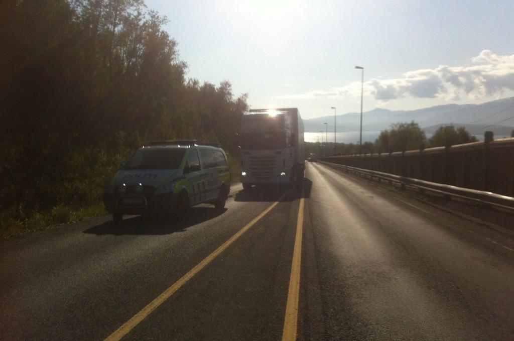 FOTJENGER PÅKJØRT: En fotgjenger er kritisk skadd etter å ha blitt påkjørt av dette vogntoget på Tverrforbindelsen i Tromsø.