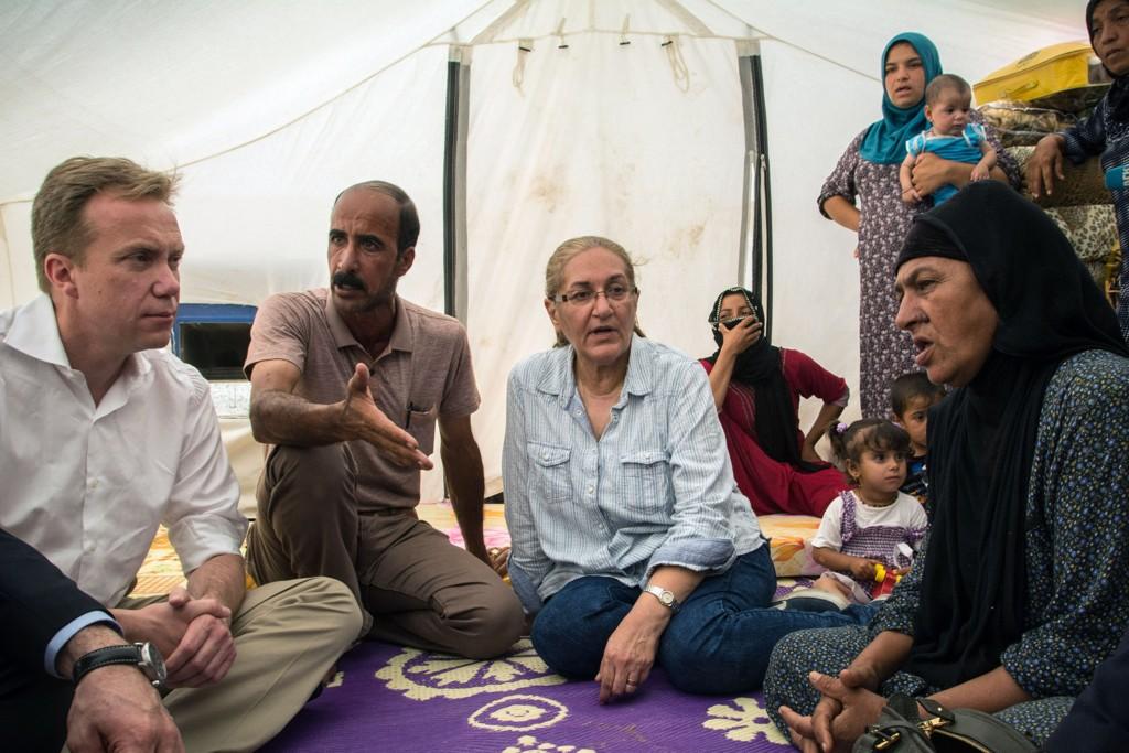 BESØKTE FLYKTNINGER: Utenriksminister Børge Brende besøkte tirsdag flyktninger utenfor byen Arbil i Nord-Irak.
