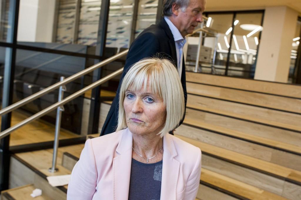 LEI AV LEKKASJER: Ragnhild Lied, leder i Utdanningsforbundet -her med Per Kristian Sundnes, forhandlingsleder i KS, i bakgrunnen - mener lekkasjene har bidratt til å skape et helt feilaktig bilde.