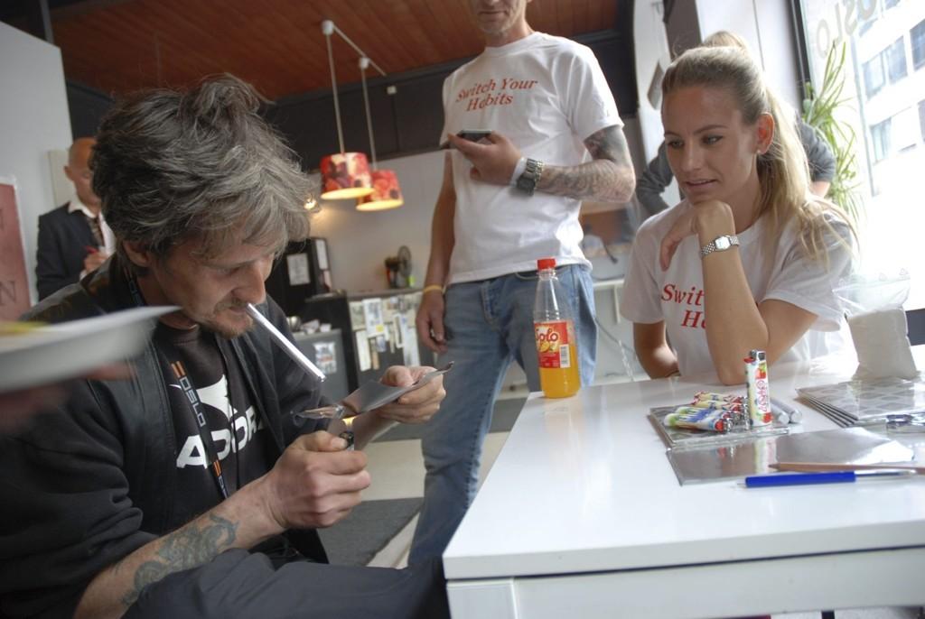 Morten Passerud prøver ut å røyke «heroin»- for anledningen byttet med sukker, under nøye inspeksjon av sykepleier fra Sprøyterommet, Christina Livgard. Å røyke heroin istedet for å injisere reduserer fare for overdose.