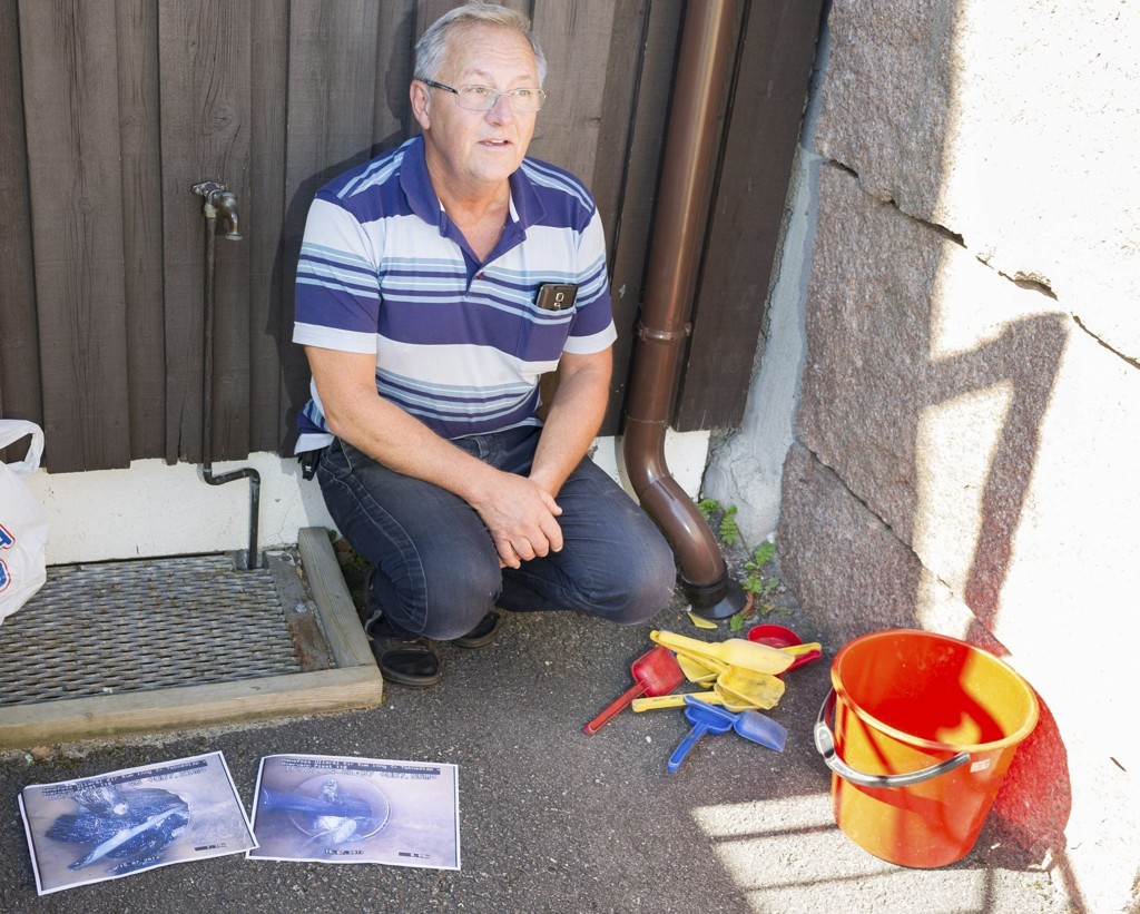 Olav Simon i Ringerike kommune, som bistår kirkevergen med vedlikeholds- og vaktmesterarbeid, viser fram proppen i røret som laget lekkasje.
